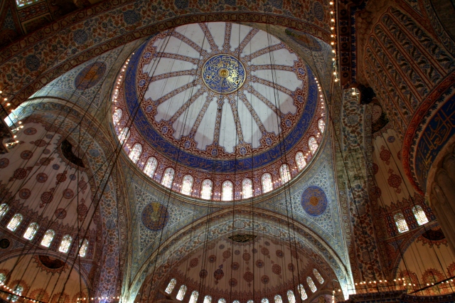 Blue Mosque: over 250 windows, 4 visible pillars in contrast to Haghia Sophia