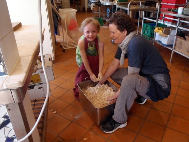 Sally and Tina make apple cake